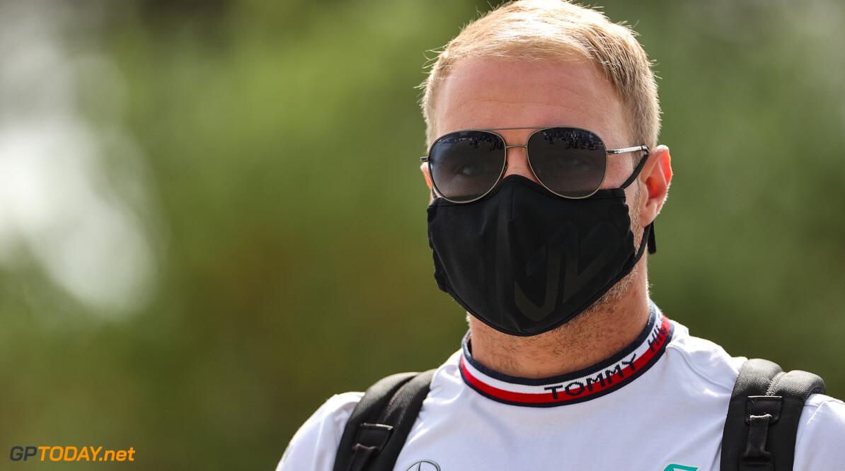 Valtteri Bottas ziet dat Lewis Hamilton hem toch weer te snel af is in F1 kwalificatie