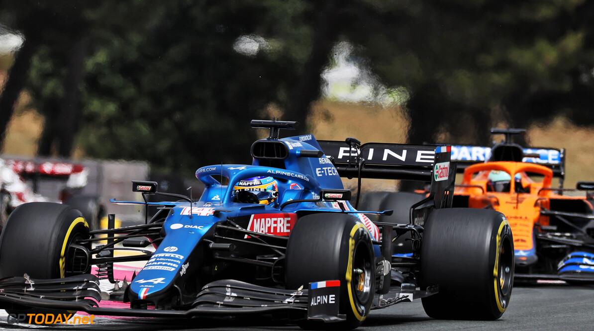 Fernando Alonso in de Franse punten in thuisrace Alpine, Fransman Ocon puntloos op P14