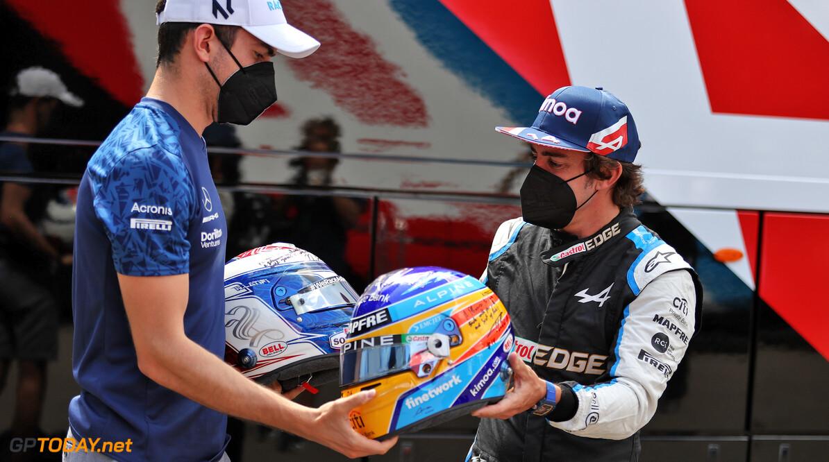 """Fernando Alonso ruilt weer eens een helm. """"Jij rockster!"""""""