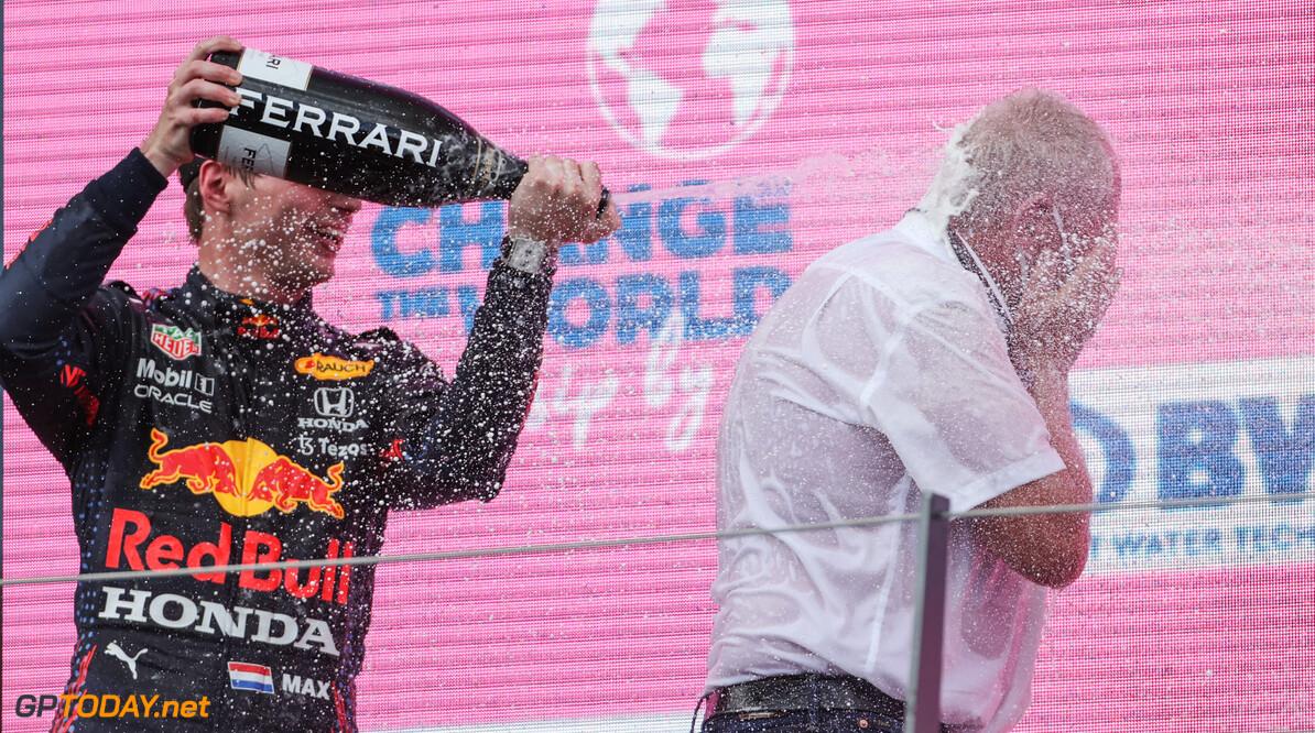 """Helmut Marko blij met nieuwe protype banden van Pirelli: """"Kan goed uitpakken voor Verstappen en Perez"""""""