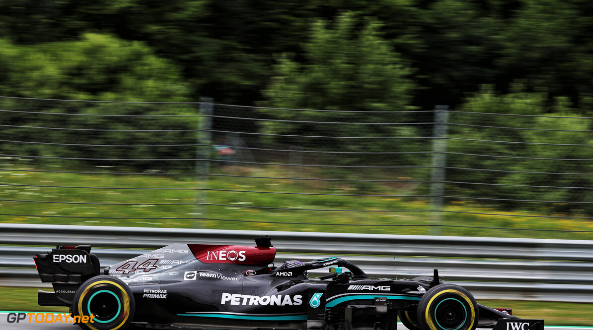 """Lewis Hamilton snelste op vrijdagmiddag in Oostenrijk: """"Red Bull heeft achterste van tong niet getoond"""""""