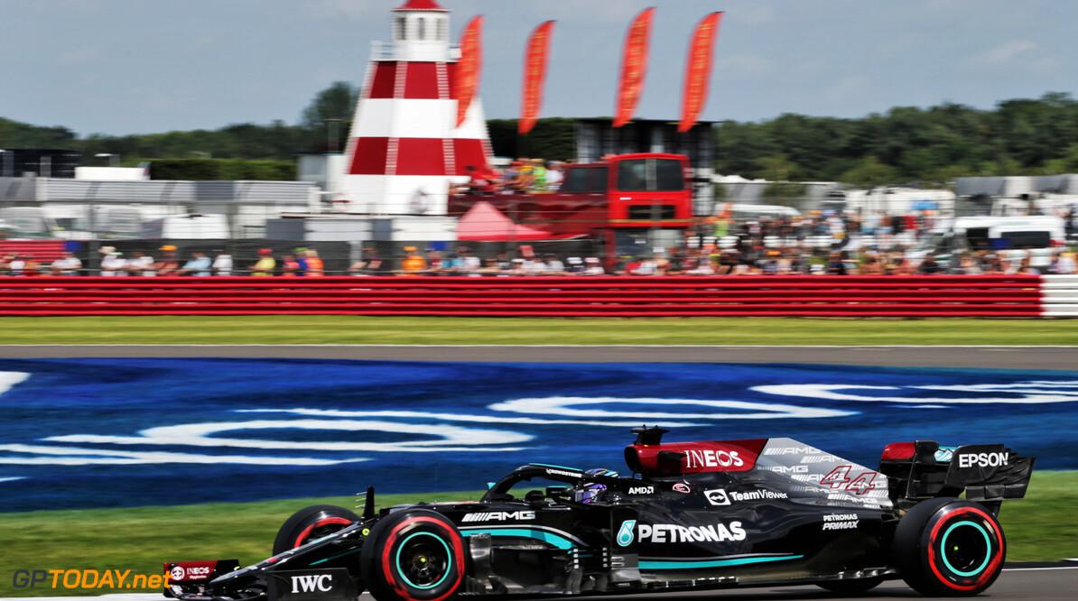 Lewis Hamilton bloeit op bij brullende Britten langs de baan