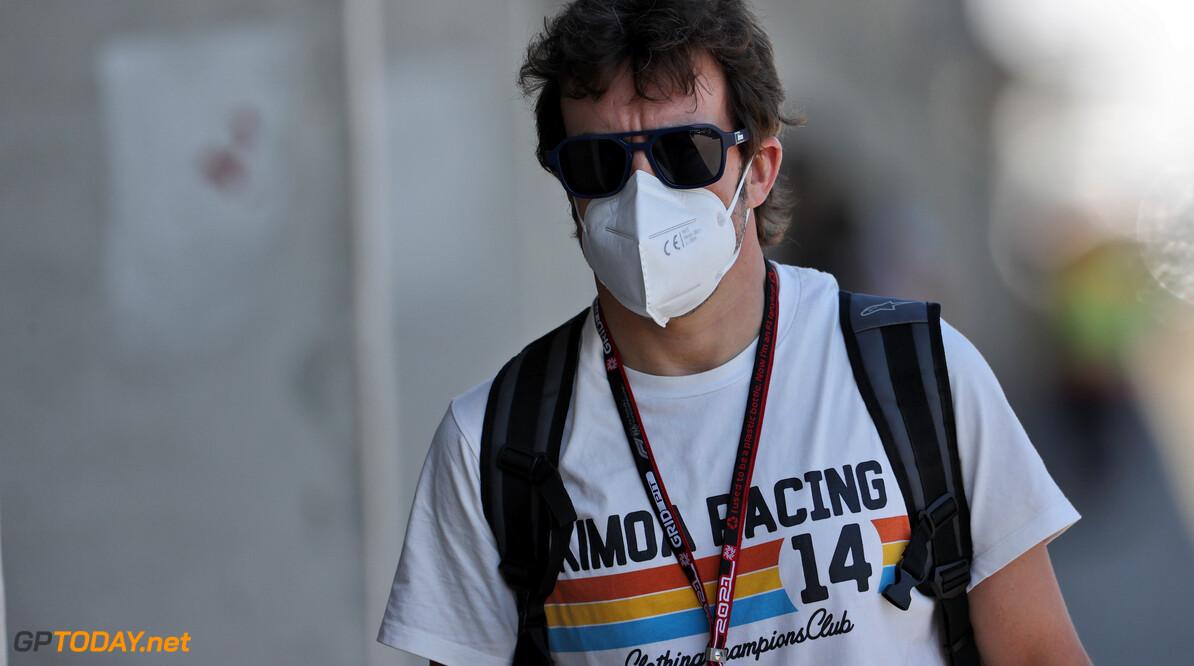 """Alonso kraakt vergelijking met thrillers Michael Schumacher: """"Hamilton maakt elke ronde dezelfde fouten"""""""