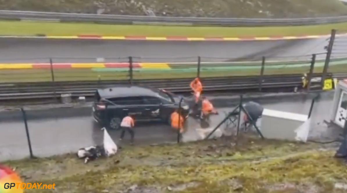 <b>Video: </b>Marshalls doen hilarische pitstop met auto op het circuit om fans bezig te houden