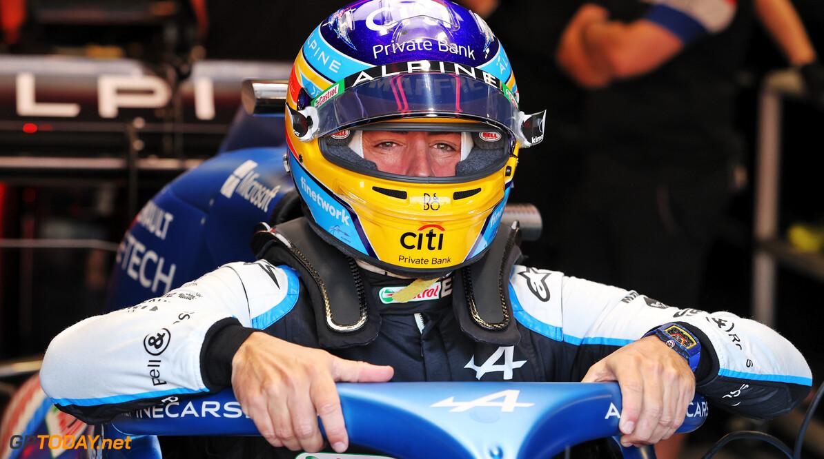 """Fernando Alonso vol verbazing: """"Carlos inhalen hadden we niet verwacht"""""""
