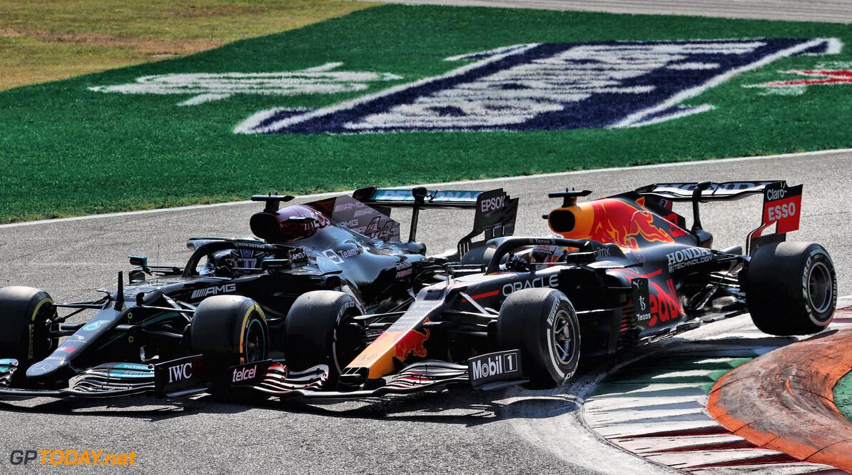 """Verstappen na Hamilton-crash: """"Hij duwde me wijd en er was geen weg terug"""""""