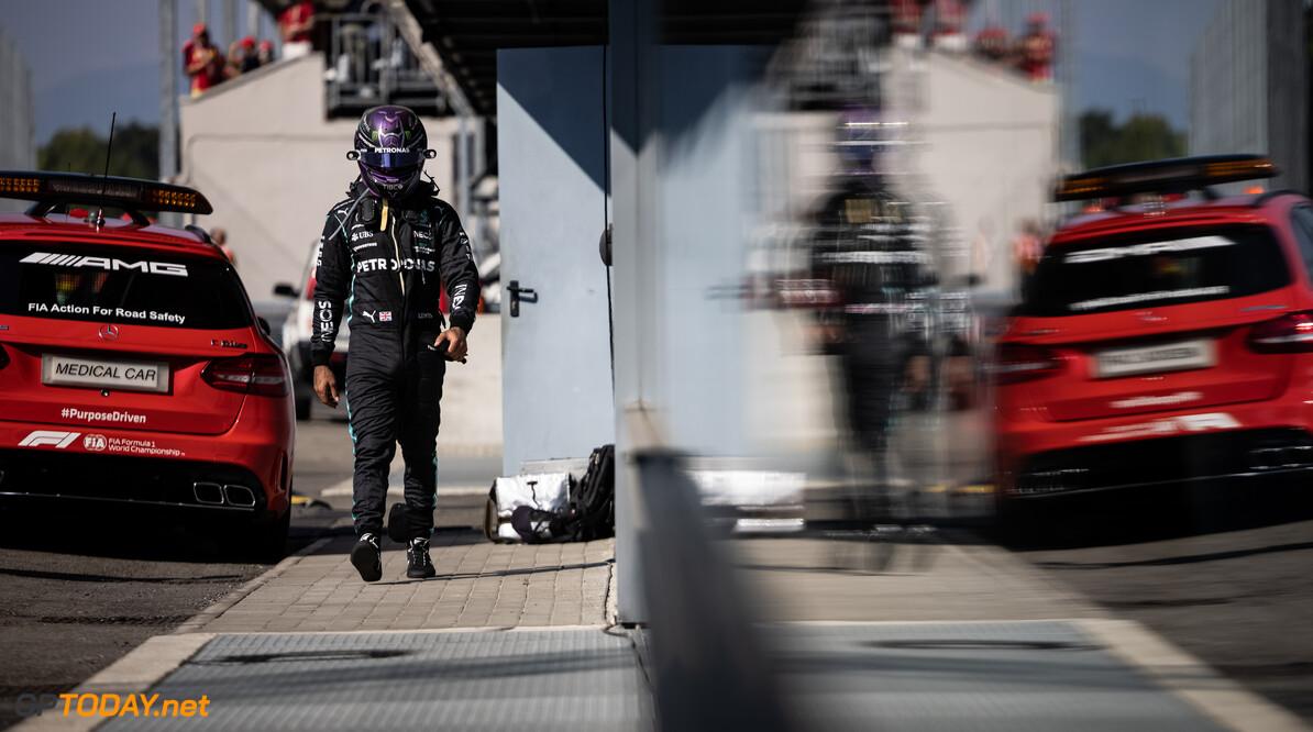 """Hamilton trots op stewards en teleurgesteld in Verstappen: """"Normaal check je of ik OK ben"""""""