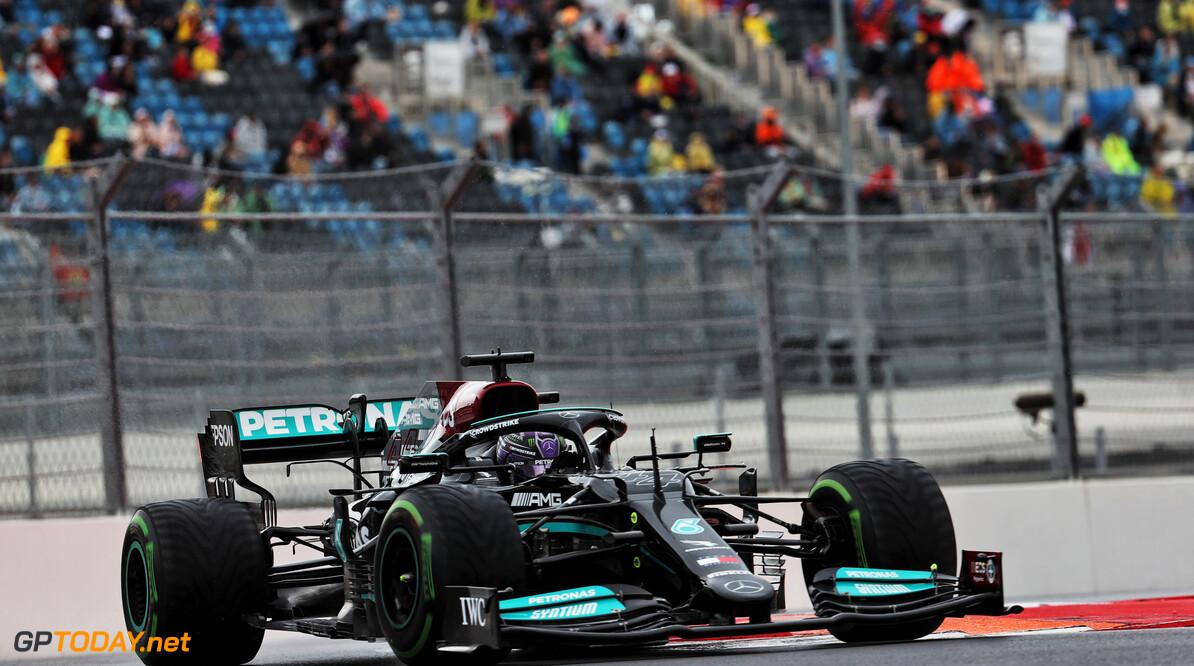 """Lewis Hamilton 'dankbaar' voor honderdste Grand Prix-overwinning in nat Sotsji: """"Duurde lang voor dit kwam"""""""