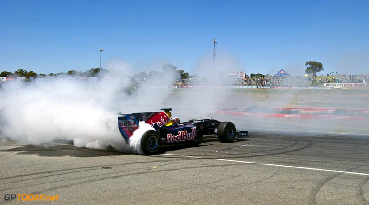 Red Bull Racing vermaakt 60.000 fans met demo in Milton Keynes