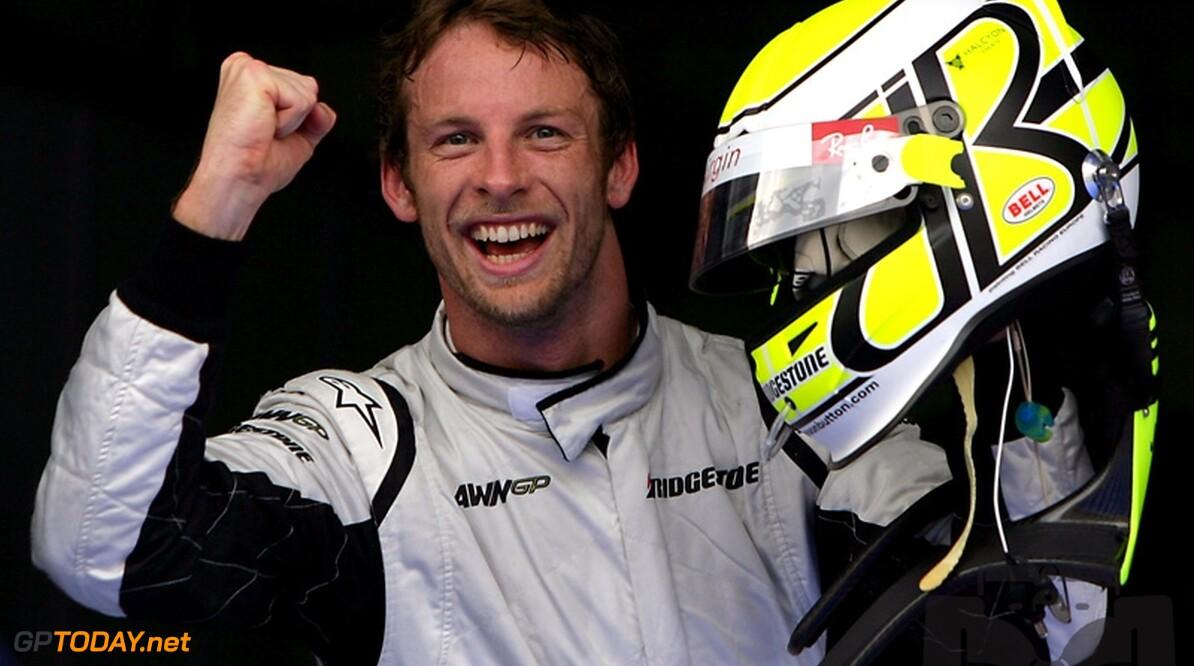 Button stoft oude helm af voor laatste F1-race