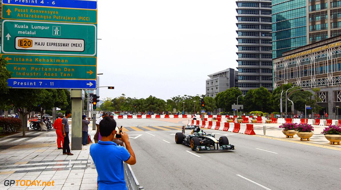 <b>Foto's:</b> Team Lotus in actie in straten van Putrajaya