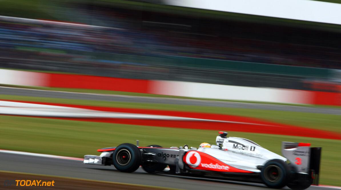 VT1: Lewis Hamilton bovenaan, Mark Webber schendt zijn neus