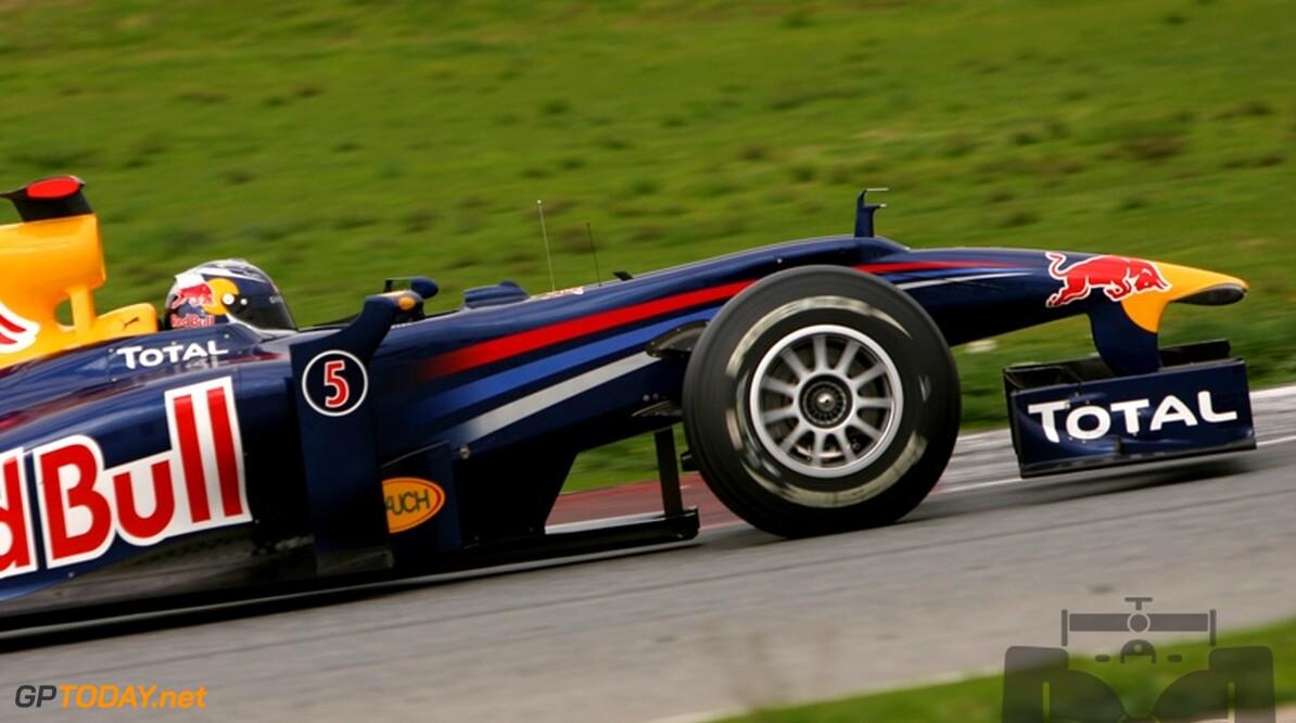 Vettel geeft zijn Red Bull Racing RB6 de naam 'Luscious Liz'
