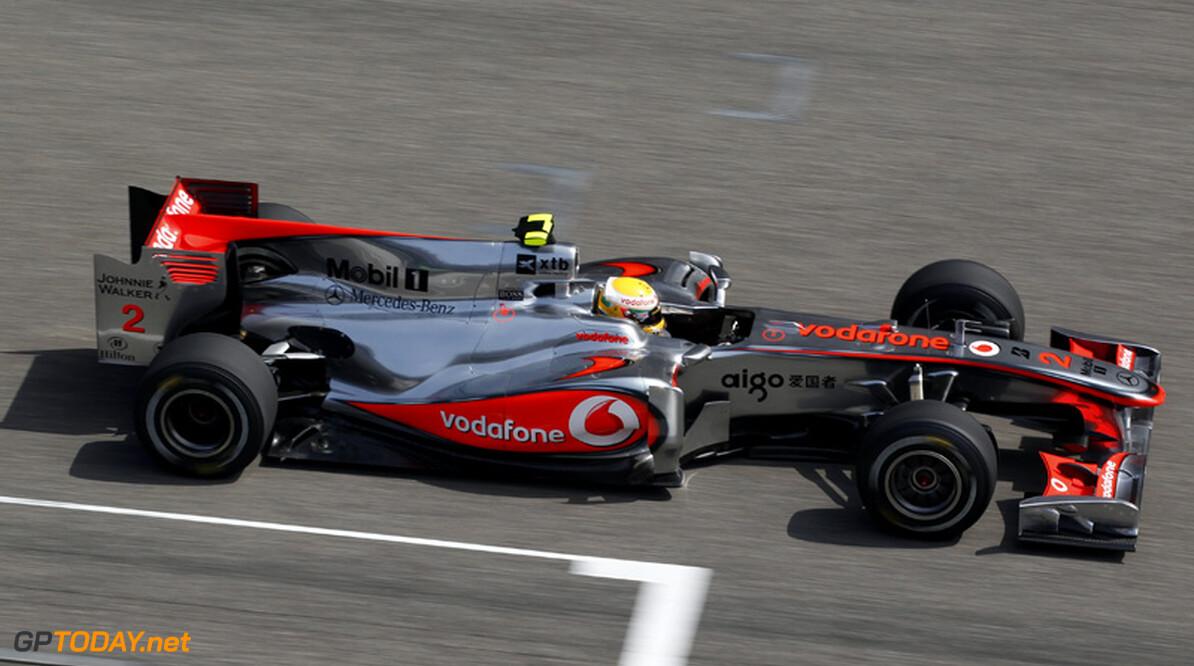 VT1: Hamilton en Button zetten McLaren op P1 en P2