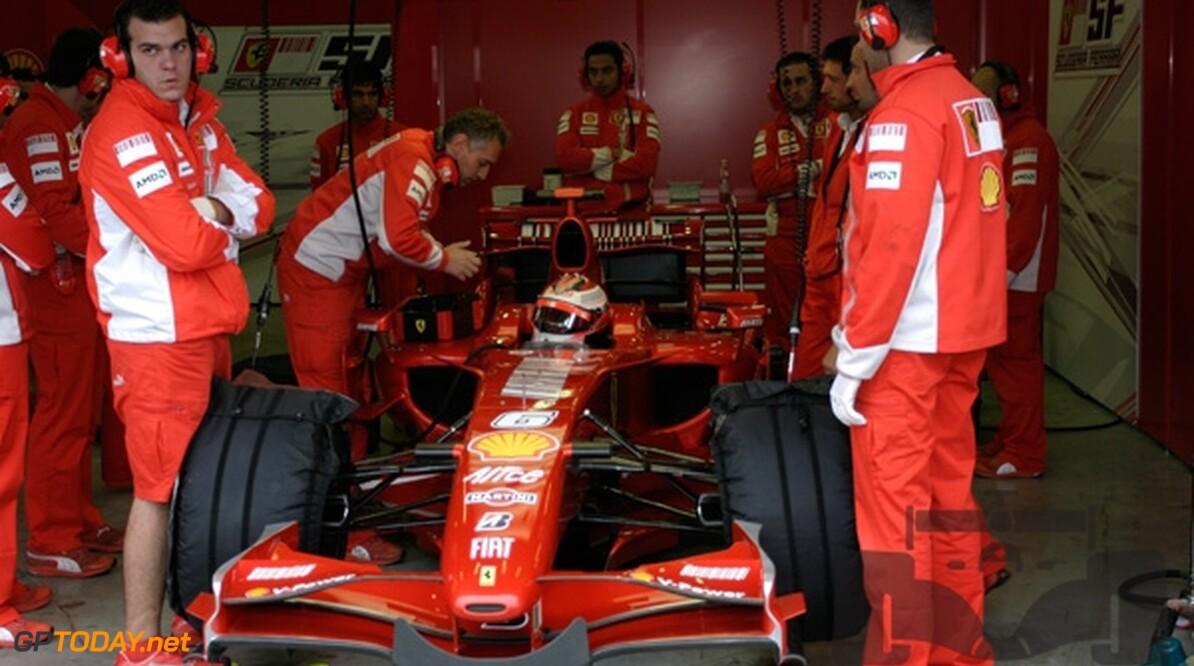 VT1: Raikkonen zet snelste tijd voor Hamilton