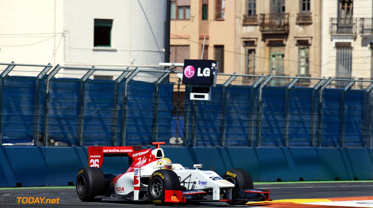 Luiz Razia voor Team Lotus in actie tijdens young drivers-test