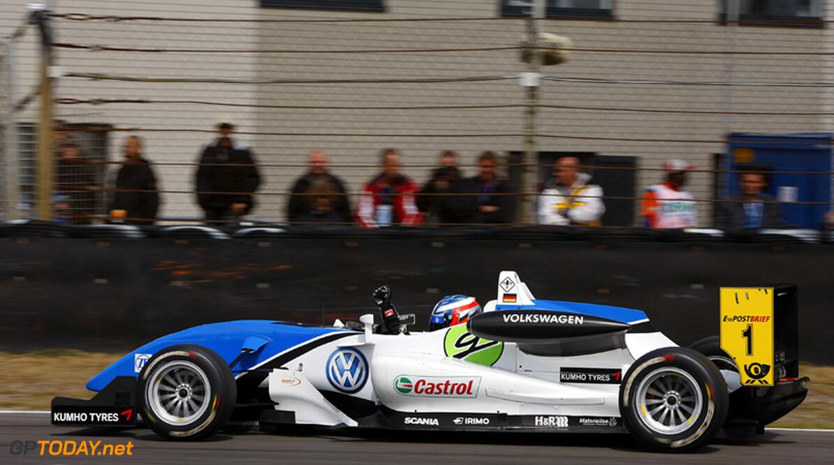 Wittmann troeft Merhi nipt af en verovert pole position in Macau
