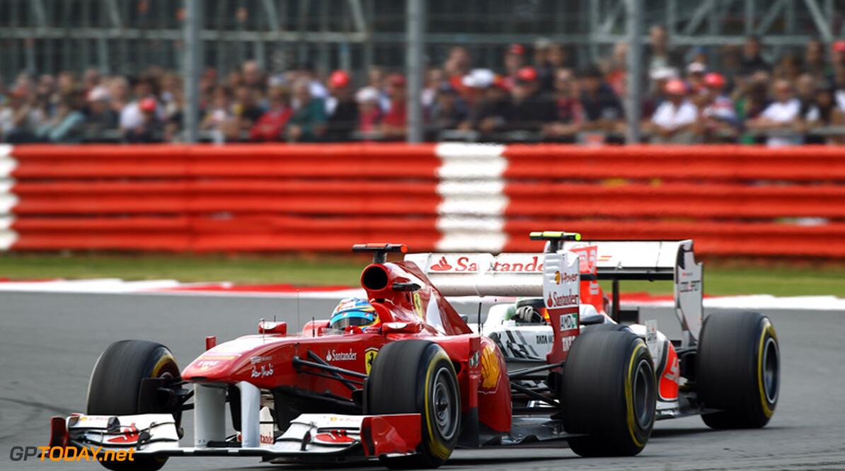 VT1: Fernando Alonso en Ferrari zetten Red Bull Racing onder druk
