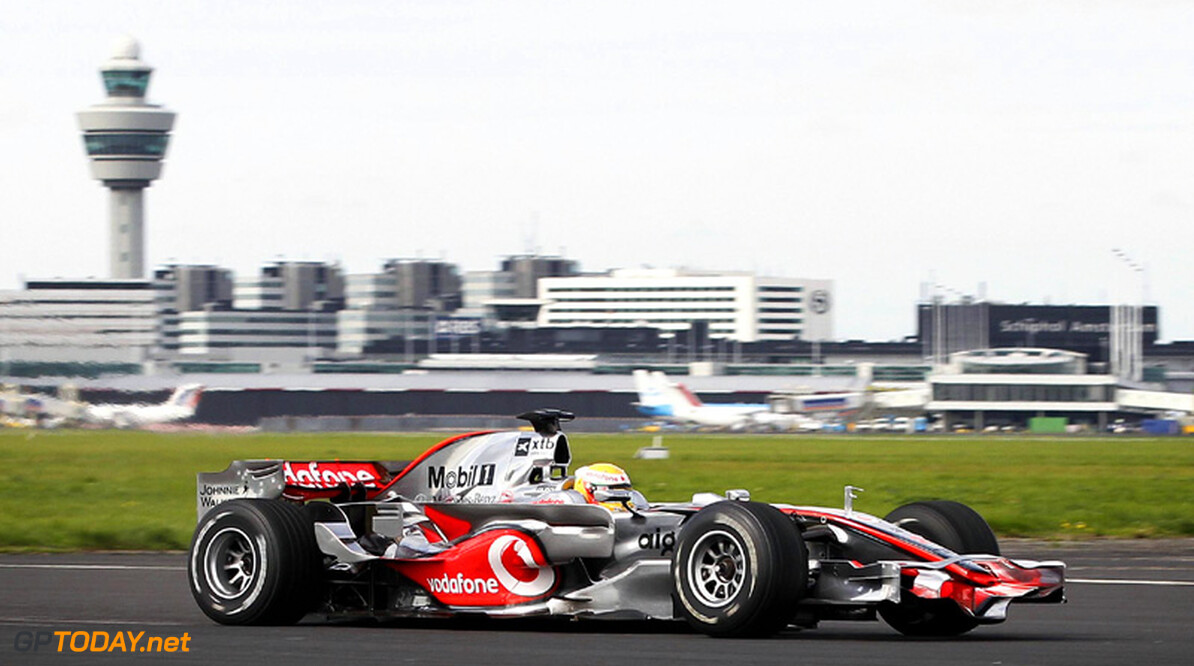 Hamilton wint race tegen Vodafone op Schiphol