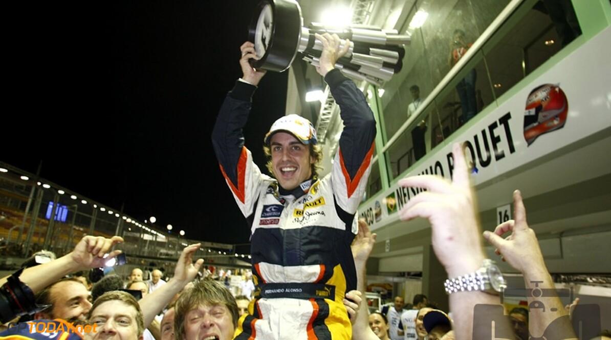 <strong>Video:</strong> Tien jaar geleden: Alonso 'wint' eerste Grand Prix van  Singapore, crashgate geboren