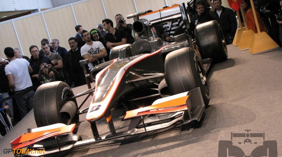 Hispania Racing stelt zich voor, auto voornamelijk grijs