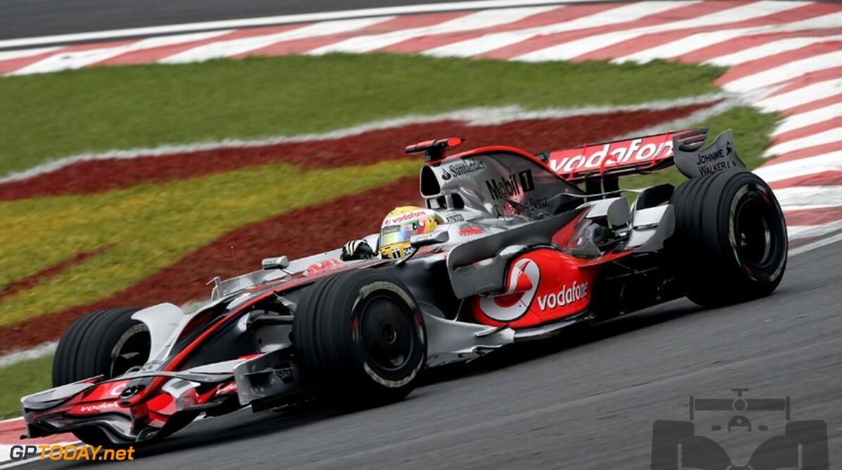 Hamilton demonstreert MP4-23 tijdens Race of Champions