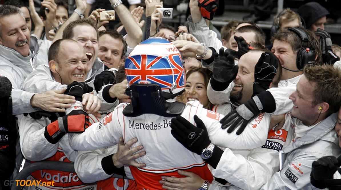 Jenson Button wint race in allerlaatste ronde na ware thriller