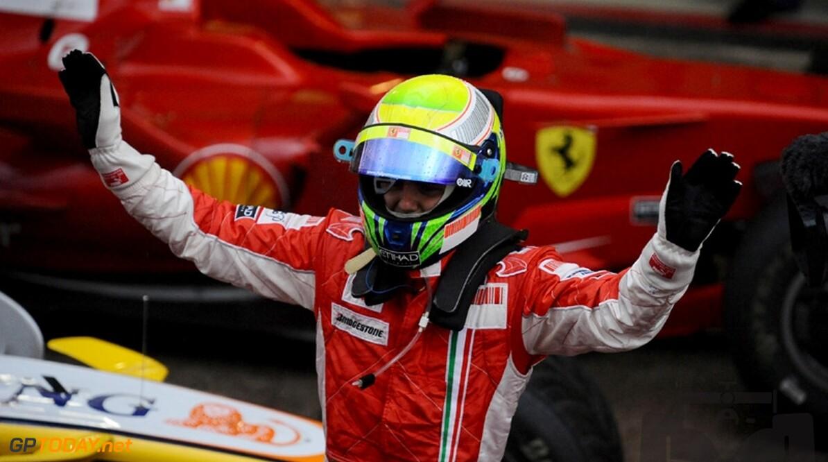 Felipe Massa zwaait finishvlag bij Grand Prix van Brazilië