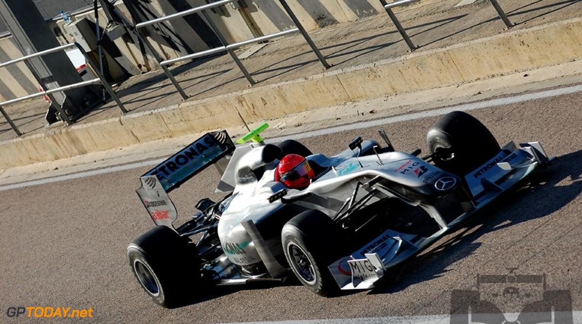 Michael Schumacher rijdt weer en is snel in Valencia