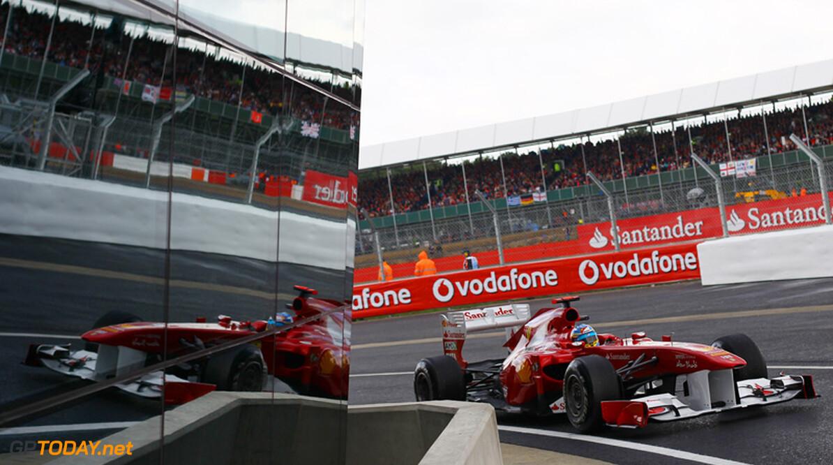 Fernando Alonso scoort eerste zege in spannende race Silverstone