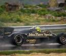 Lauda wint WK met half punt verschil, Senna domineert in regen