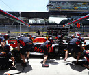 Red Bull Racing legt de pitmuur uit