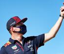Max Verstappen geeft Romain Grosjean koekje van eigen deeg