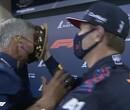 Max Verstappen gooit vol verjaardagscake in David Coulthard's gezicht na pole in Bahrein