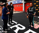 Max Verstappen botst met elleboog tegen Lewis Hamilton aan na kwalificatie-interview