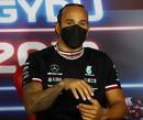 """Lewis Hamilton 'glibbert en glijdt' naar voren: """"De banden smelten gewoon weg hier"""""""