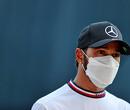 """Hamilton na kostbaar slippertje in pitstraat: """"Heeft eerlijk gezegd niets met druk te maken"""""""