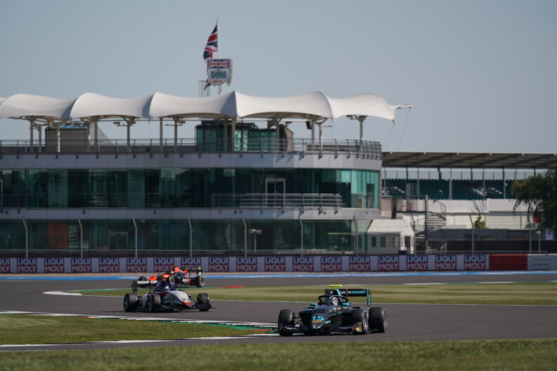 <strong>Sprint Race</strong>:  Hughes denies Lawson and Sargeant for victory in Barcelona
