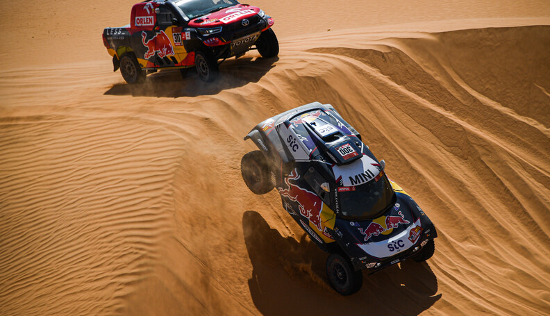 Carlos Sainz and Lucas Cruz in the Mini Buggy of the X-Raid Mini JCW Team races Jakub Przygo?ski and Timo Gottschalk in the Toyota Hilux of the Overdrive Toyota Team during the 3rd stage of the Dakar 2021 between Wadi Al Dawasir and Wadi Al Dawasir, in Saudi Arabia on January 5, 2021. // Eric Vargiolu / DPPI / Red Bull Content Pool // SI202101050135 // Usage for editorial use only //  Carlos Sainz and Lucas Cruz, Jakub Przygo?ski and Timo Gottschalk     SI202101050135