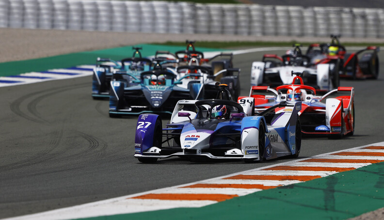 Jake Dennis (GBR), BMW I Andretti Motorsport, BMW iFE.21, leads Alex Lynn (GBR), Mahindra Racing, M7Electro  Andy Hone Valencia Spain  action TS-Live Sunday BMW Sunday Mahindra